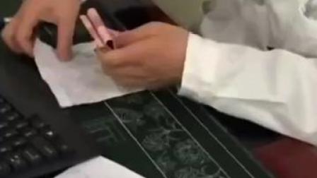近日,涡阳县人民医院一医生被指收受市民的现金。今天记者赶到了涡阳县人民医院展开。#网曝安徽一医生收现金装兜