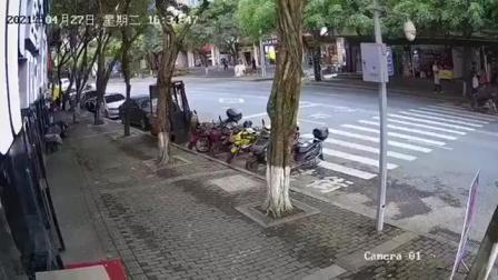 家长带孩子过马路时,一定要拉紧小孩的手!