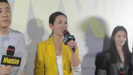 悬崖之上首映礼上,秦海璐拒绝站C位,细节见人品低调有实力的好演员!