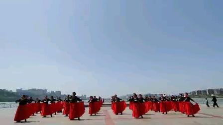2021年4月30日,我们长沙市相约快乐老知青健身舞蹈团在橘子洲头亲水平台举行迎红五月暨春游活动,请分享大型舞蹈《美丽的月季》
