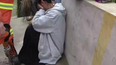 18日重庆涪陵区一女学生因走路看手机太认真脚被卡下水道,消防叔叔神调侃:不会是交不出作业故意的吧😂