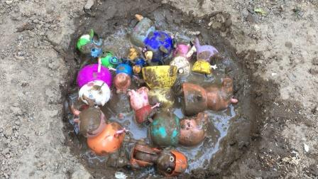拯救掉进泥坑的汪汪队成员和小猪佩奇一家