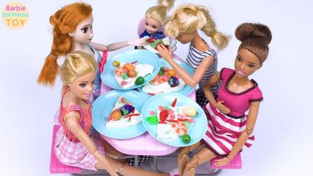 芭比制作水果披萨和朋友们聚餐