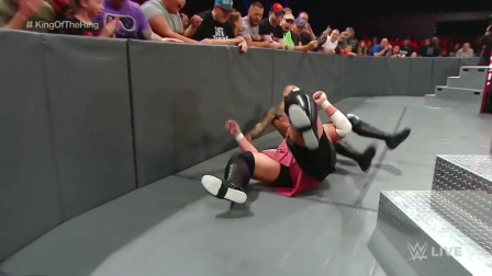 WWE:李科学凭借最后一口气挣脱大乔的毁灭锁,两败俱伤,二人打平!