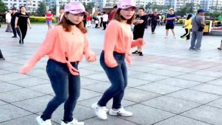 广场鬼步舞: 俩个美女配合起舞默契, 跳得真的很有默契, 配乐《爱情红绿灯》