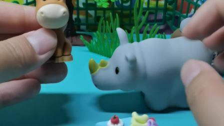 犀牛先生带着厨师帽向大家介绍今天做的蛋糕