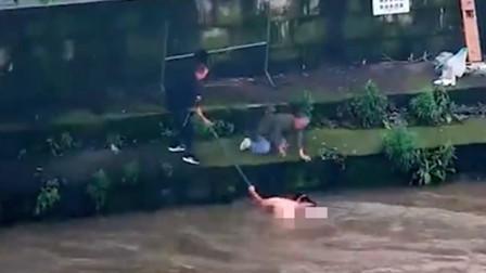 平凡英雄! 女子落入湍急水中 男子发现后百米冲刺3分钟将其救起