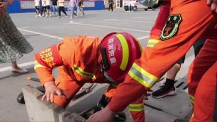 高考考生掉入下水道,消防员帮忙找回#你的高考我来应援 #你的高考我来守护 @襄阳消防