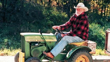 73岁老人为见亲人一面,驾驶割草机走了371公里