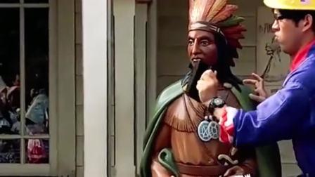 迪士尼乐园里身怀绝技的保洁员,样子简直是太搞笑了,怪不得能成网红!