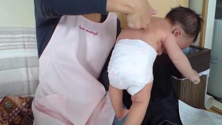 护士用手指刮新生儿背部,宝宝的本能反应太好玩了,长知识!