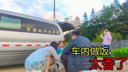 西藏林芝停车场,几十位自驾游人做饭搭帐篷,我家也躲在车旁吃饭