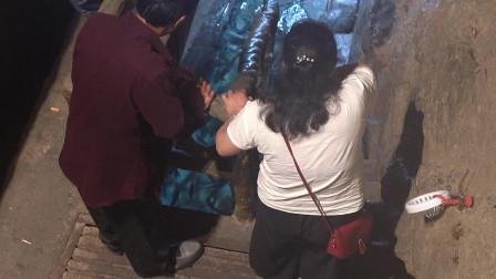 """重庆巫溪一老人挖出""""神奇鱼泉"""",鱼儿自动从泉眼里面涌出,最多一天能涌出500多斤,这情景真是令人无法想象"""