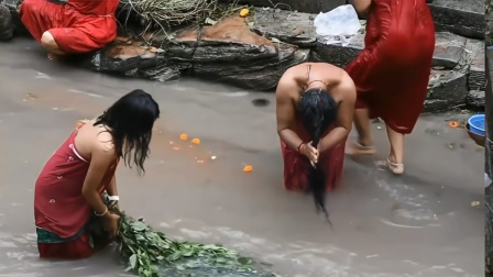 这个国家没有澡堂,男女老少都当街洗澡,却并不以此为耻!