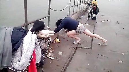 【拍客】老人坚持骑自行车游泳环保健身