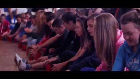 【猴姆独家】好震撼!600名学生集体表演Anna Kendrick杯子歌Cups