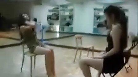 性感美女教练板凳热舞 此贴身热舞勾引男人一定