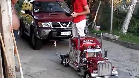 太彪悍了!遥控玩具车竟能拉动越野四驱