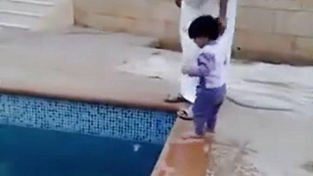 阿拉伯人教小孩游泳的方法绝对会让你大吃一惊!
