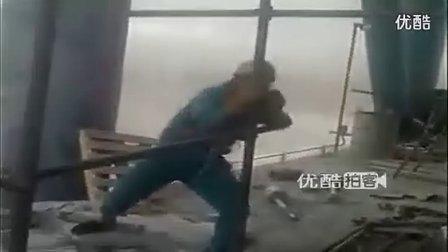 【拍客】实拍民工工地狂飙柔性钢管舞 超清