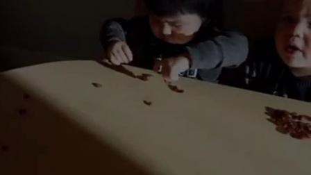 嘟嘟在幼儿园吃葡萄干