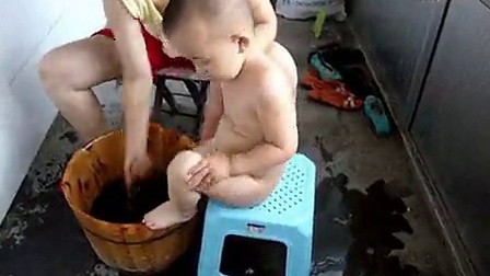 夏天 给宝宝洗澡_标清