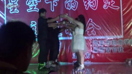 信阳职业技术学院Red·sky轮滑队轮舞表演-爱的华尔兹