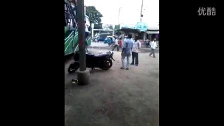 实拍印度阿三哥开挂 头顶摩托车上大巴车