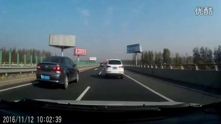 监控实拍:女司机高速突变道 刹车不及惨追尾...