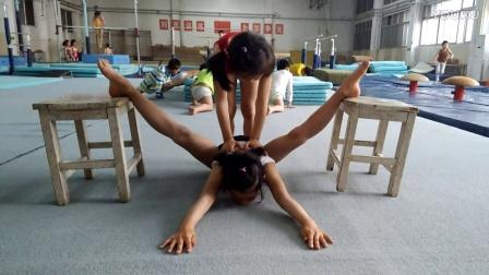 被动压腿 ?#21644;?#30171;苦吗 体操女孩劈叉训练