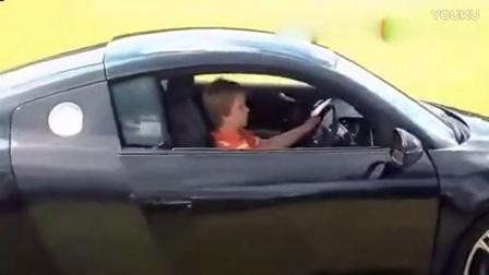 11岁小孩驾驶超跑奥迪R8漂移玩乐!后面的面包车彻底服了!