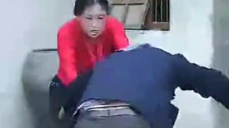 儿媳妇和老公公打架骑在身上打 太疯狂了