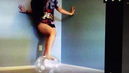 美女踩爆气球
