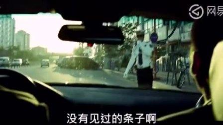 小混混闯红灯被拦鄙视和攻击警察,交警也是不好惹的