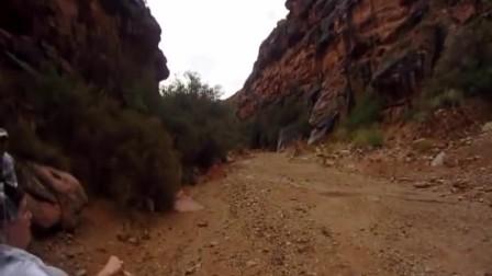 老外正在峡谷徒步旅行,突然感觉情况不对