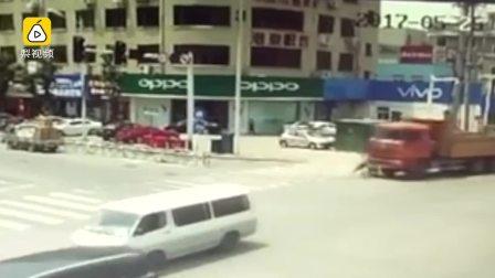 2年轻女子骑电动车,遭身后货车辗轧