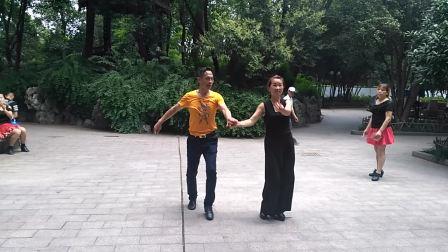 武汉三步踩大汉一套表演:蒲必林杨茜, 编导:舞动中国(徐州规范舞协副主席)807575258