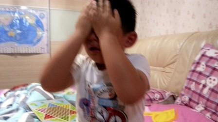 【6岁】9-24哈哈跟家人下飞行棋,妈妈被吃哈哈哭了VID_203306.mp4
