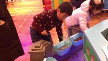 【6岁半】12-18哈哈跟小朋友在怡丰城游乐场捞红色金鱼IMG_9388