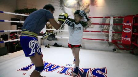 10岁小帅哥第一次泰拳课