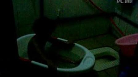 小女孩婷婷洗澡澡啦