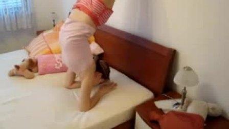 看看国外小美女是怎样在家练功