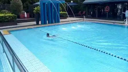 自学游泳.
