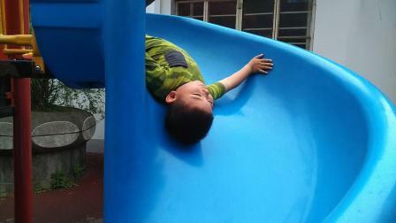 【快7岁】5-11哈哈在滑滑梯上倒着滑玩耍VID_101852