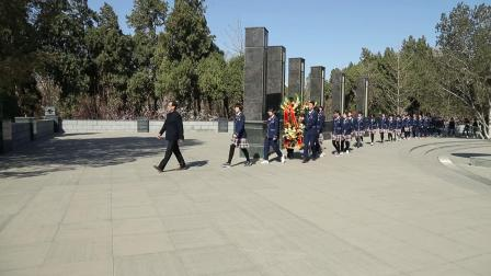 2019年3月25日,石家庄一中学生为民族英雄马本斋烈士雕像敬献花篮。