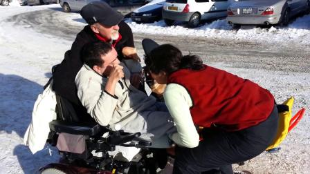 Transfert de Cédric (tétraplégique) de son fauteuil roulant vers tandemski
