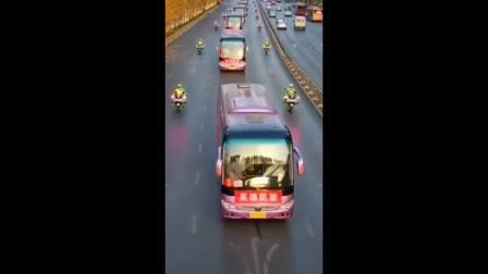 航拍郑州人民欢迎援鄂医疗队英雄回家
