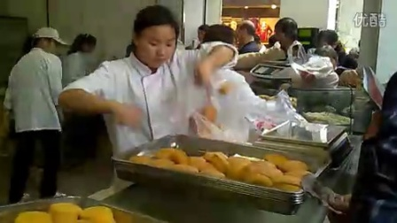 【拍客】安徽合肥桃酥员工开挂上班 蛋糕姐2.0重装上阵