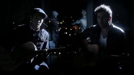 【猴姆独家】夜深了!两个大男人坐在窗前弹着吉他深情对唱Someone Like You!真的好美啊!