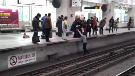 [拍客]两男子地铁打架 致使3号线延迟3分钟